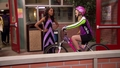 ANT Farm: Olive aprende a montar en bici