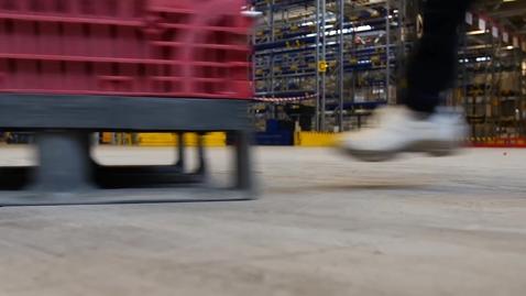 Thumbnail for entry Gående blant truckkjørere