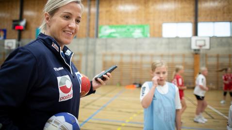 Thumbnail for entry Trening med stjernene - Heidi Løke besøkte Haslum IL