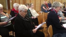 Thumbnail for entry Pensionister og skoleelever synger sange fra Melodi Grand Prix