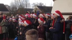 Thumbnail for entry Julemanden vækkes af kirkekoret i Aulum
