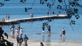 Thumbnail for entry Solen er fremme, vi er ude nyde med det vuns her ved Præstø Havn