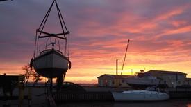 Thumbnail for entry 07:03 Tid til at tage bådene op - morgen aktivitet ved Kalvehave Havn