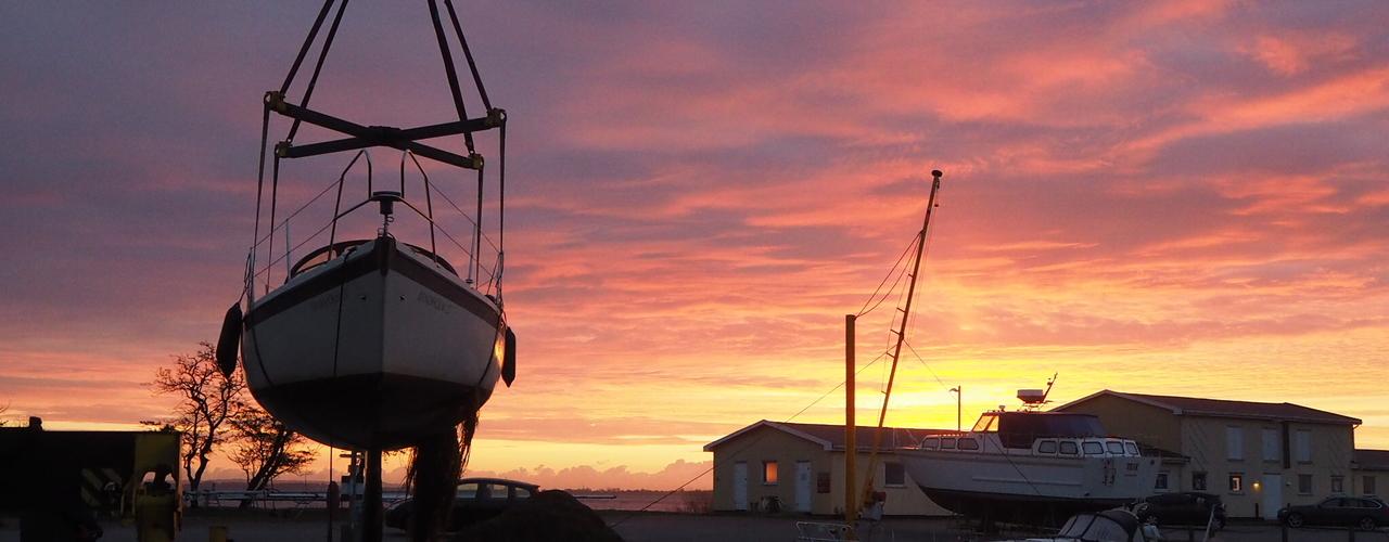 07:03 Tid til at tage bådene op - morgen aktivitet ved Kalvehave Havn