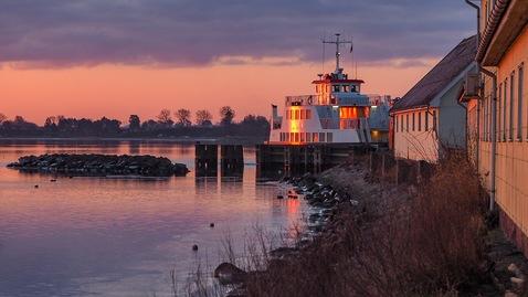 Færgen til Lindholm i morgensol
