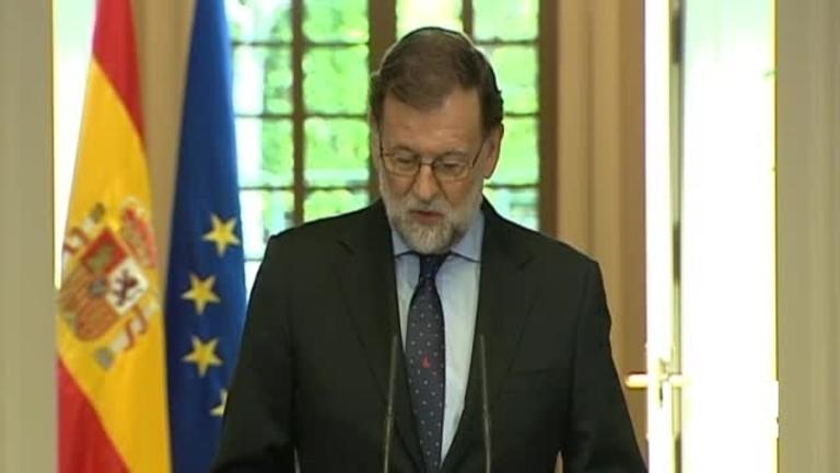 ETA escenifica su disolución en Francia y Rajoy convoca al Pacto Antiterrorista