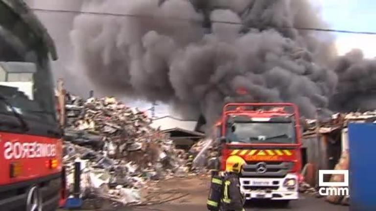 Controlado el incendio de una chatarrería en un polígono industrial de Pepino