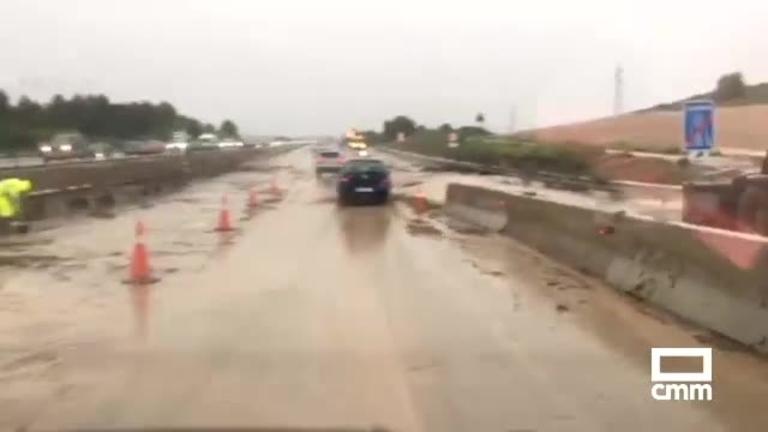 Una fuerte tormenta obliga a cortar autovía A-3 por desprendimientos en la vía