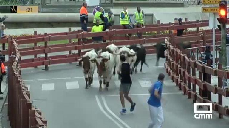 Un toro rezagado siembra el peligro en el segundo encierro de Guadalajara