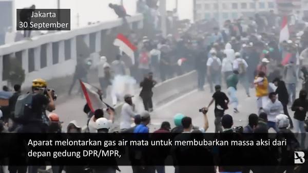 Polisi Pukul Mundur Demonstran dengan Gas Air Mata