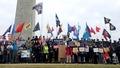「奶茶聯盟」華盛頓舉旗抗獨裁    「光時」黑旗現中駐美大使館