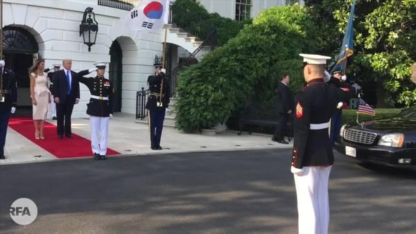 백악관 도착한 문재인 대통령 부부 영접하는 트럼프 대통령 부부