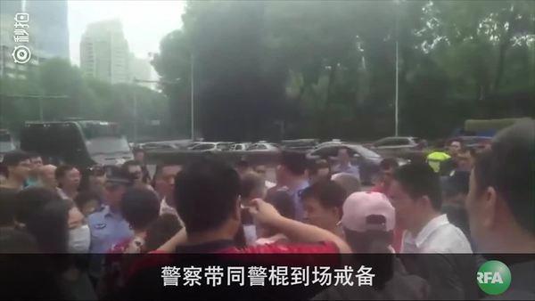 高压电站威胁6屋苑 数千人上街抗议
