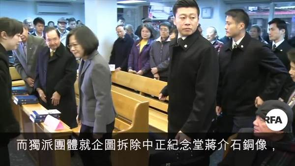 """紀念""""二二八""""獨統兩派為拆蔣銅像起衝突"""