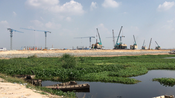 Construction Crews Fill in One of Phnom Penh's Last Lakes