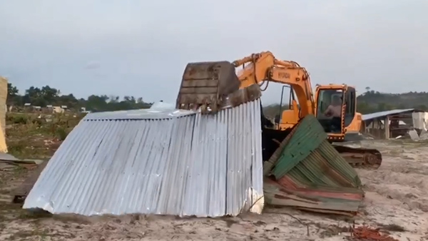 Police, Villagers Clash Over Evictions in Cambodia