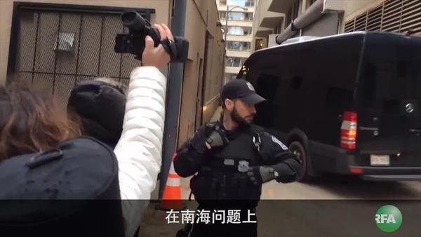 """中国外长王毅""""老鼠巷""""躲访民"""