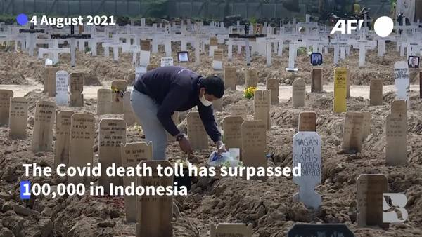 Covid-wracked Indonesia Surpasses 100,000 Deaths