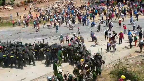 Police, Residents Clash in Garbage Dump Dispute in Vietnam