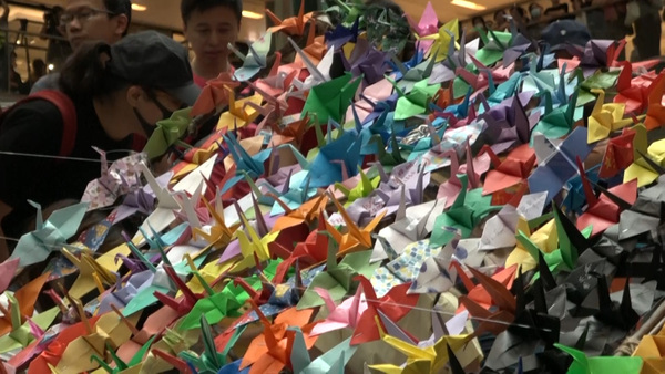 Hong Kong Protesters Flood Mall With Origami.
