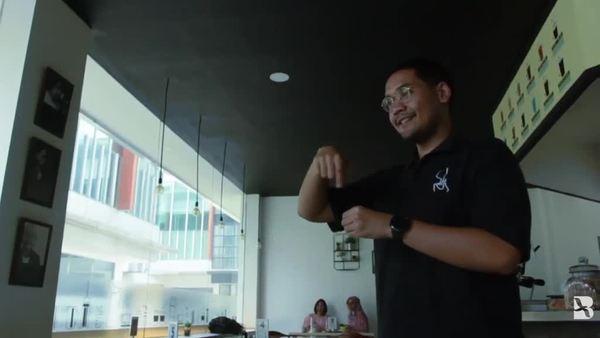 Belajar Bahasa Isyarat di Kopi Tuli