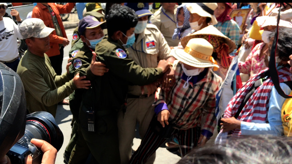 Police Scuffle with Land Protesters in Phnom Penh