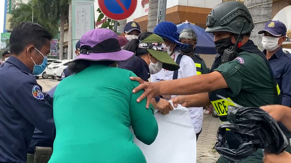 Police Break Up Protest by Wives of Jailed Opposition Activists at Phnom Penh Courthouse