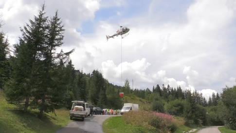 Fische werden per Helikopter auf Bergseen transportiert