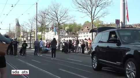 Rennfahrer Sébastien Buemi fährt durch die Zürcher Innenstadt
