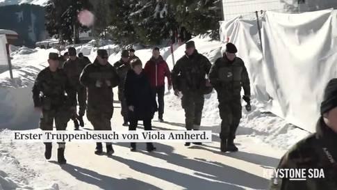 Amherd besucht am WEF zum ersten Mal eine Truppe der Armee im Feld