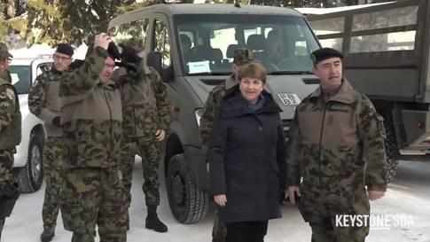 Viola Amherd besucht am WEF zum ersten Mal eine Truppe der Armee