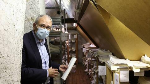 """""""Das hier macht eine weltweit einzigartige Studie möglich"""": Oskar Jenni im Archiv von seinem Vorgänger Remo Largo"""
