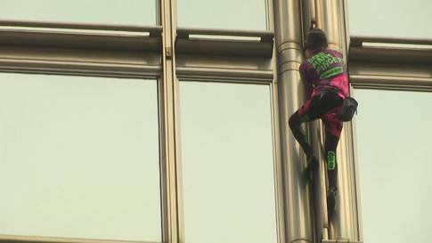 Inmitten der Krise: Franzose erklimmt Wolkenkratzer in Hongkong