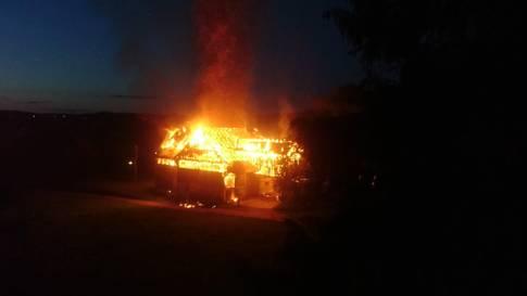 Grüningen ZH: Scheune geht in Flammen auf