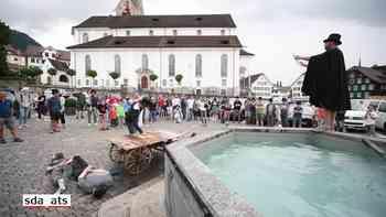 Taufe im Dorfbrunnen: Wie in Stans Druckerei-Lehrlinge ihren Abschluss feiern