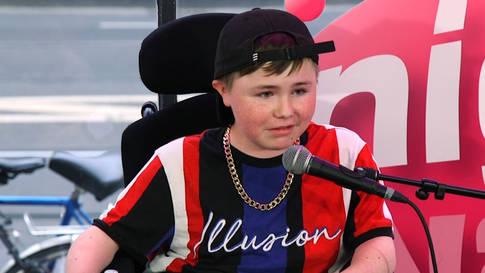 14-jähriger Junge im Rollstuhl geht viral mit seinem schwarzen Humor
