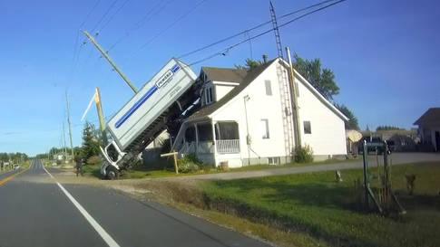Ontario: Truck landet auf Hausdach