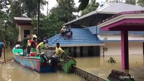 In Indien kämpfen freiwillige Helfer gegen die Überschwemmung