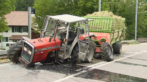 Schwerer Unfall zwischen Auto und Traktor