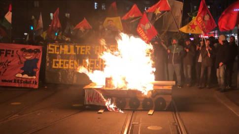 Zwei Verletzte und Sachbeschädigungen bei Ausschreitungen an Anti-WEF-Demo