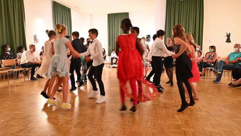 Schüler aus Solothurn präsentieren ihre eingeübten Tänze