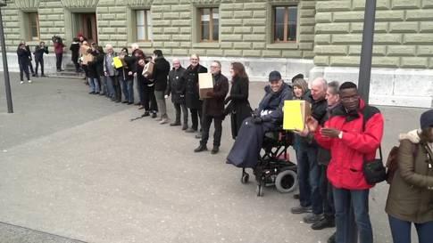 SP reicht Unterschriften für Prämien-Entlastungs-Initiative ein