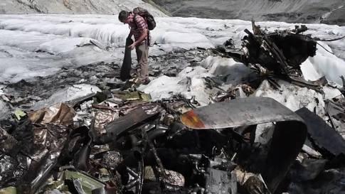 Wrackteile der abgestürzten Dakota auf dem Gauligletscher inspiziert