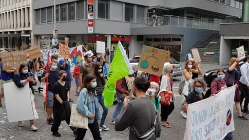 An der Klimademo in Aarau forderten die Teilnehmenden lautstark eine konsequentere Klimapolitik