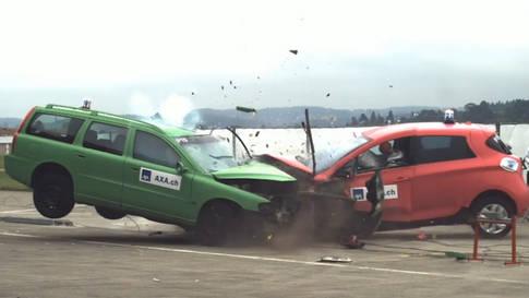 Crashtests mit E-Autos in Dübendorf