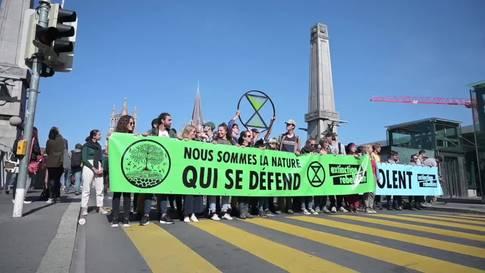 """""""Extinction Rebellion"""" blockiert Brücke in Lausanne"""