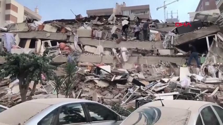 Zahl Der Toten Steigt Auf 14 Erdbeben Und Tsunami In Der Turkei Und Griechenland Losen Panik Aus Luzerner Zeitung