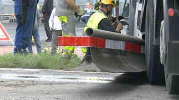 Döttingen: Lastwagen verliert Kontrolle und reisst Abschrankung mit