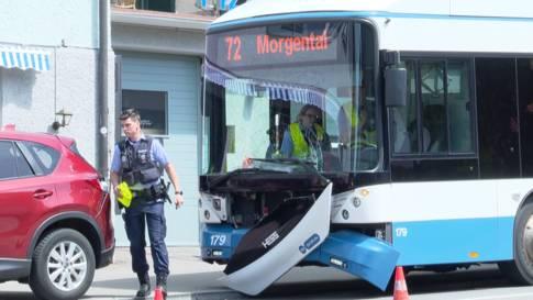 VBZ-Bus kracht in Auto - vier Personen leicht verletzt
