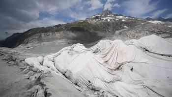 Der Rhonegletscher verbringt den Sommer unter Planen